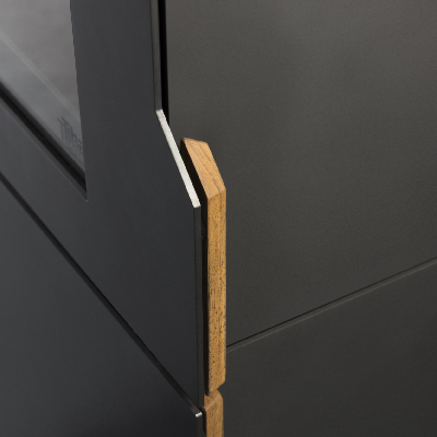 Abre la puerta de la caja de fuego, una combinación de acero y madera.